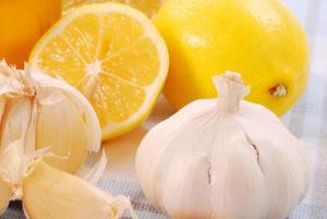 кусочки лимона, апельсина, чесночные дольки